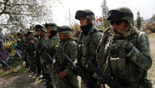 Militares mexicanos en el lugar de la explosión del ducto en Tlahuelilpan - Sputnik Mundo