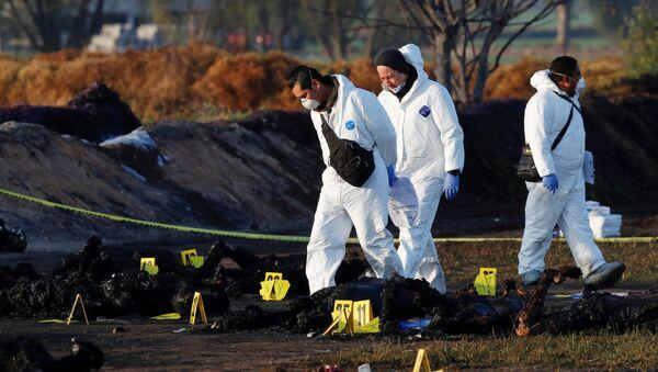 Técnicos forenses en el lugar de la explosión en Tlahuelilpan, México - Sputnik Mundo