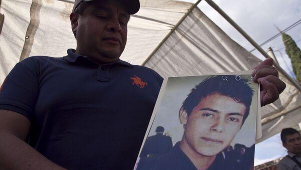 Hermano muestra la fotografía de Cesar Uriel Peña Linares de 23 años desparecido tras la explosión de un ducto de Pemex que dejó al menos 79 personas fallecidas - Sputnik Mundo