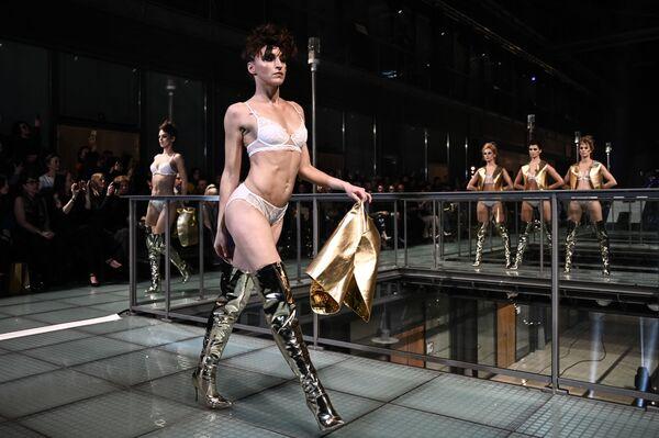 Lencería francesa, bellas modelos y toneladas de glamur: así desfila la sensualidad en París - Sputnik Mundo