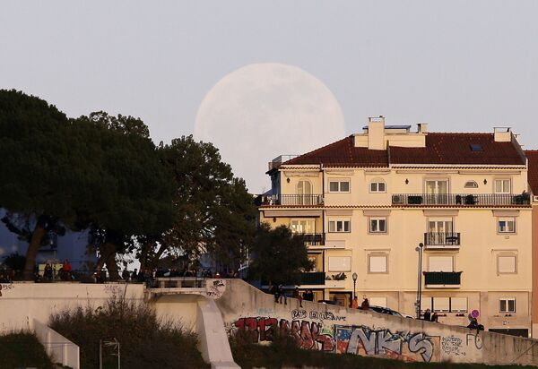 La luna roja se apodera del cielo - Sputnik Mundo