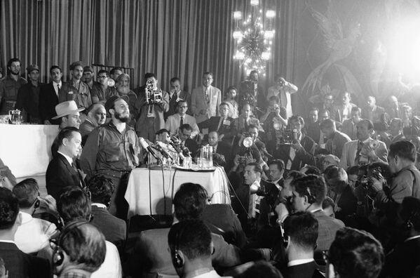 Operación Verdad: Fidel Castro ante unos 400 periodistas en el hotel Habana Riviera, en 1959 - Sputnik Mundo