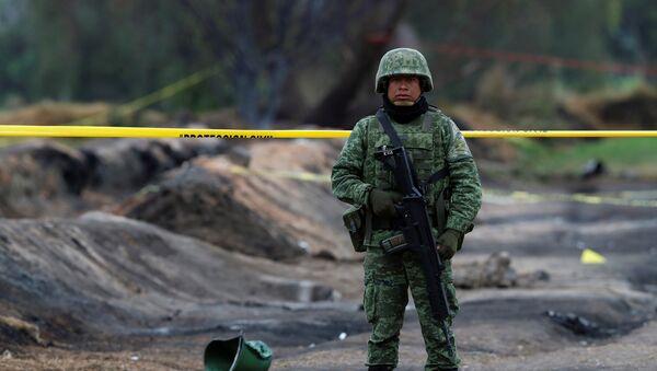 Un militar mexicano en el lugar de la explosión del ducto en Tlahuelilpan - Sputnik Mundo
