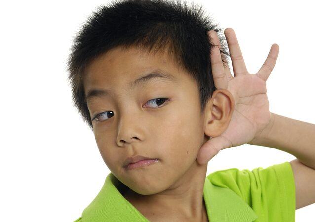 Niño escuchando