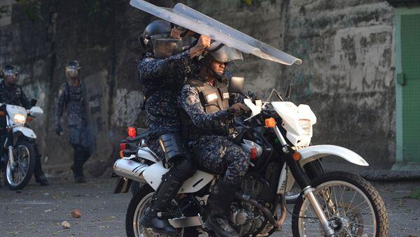 Полицейские во время столкновений с антиправительственными демонстрантами в Каракасе, Венесуэла - Sputnik Mundo