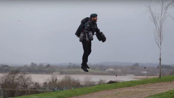 Un marine británico con una mochila propulsora - Sputnik Mundo