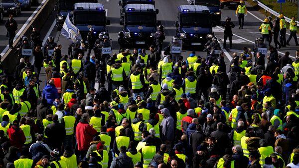 Manifestación de los taxistas españoles en Madrid, España - Sputnik Mundo