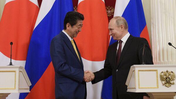 Shinzo Abe, primer ministro de Japón, y Vladímir Putin, presidente de Rusia - Sputnik Mundo