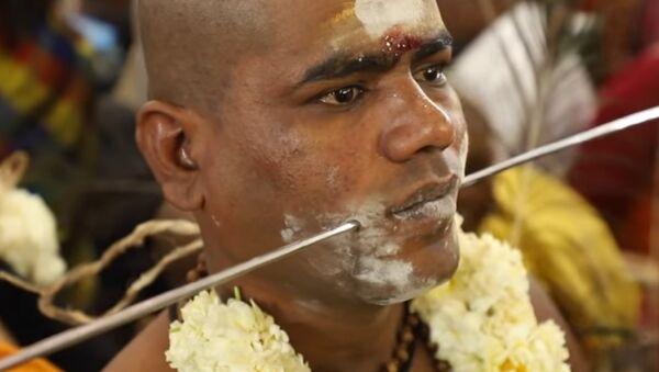 La India celebra con agujas y dagas una impactante fiesta del dolor - Sputnik Mundo