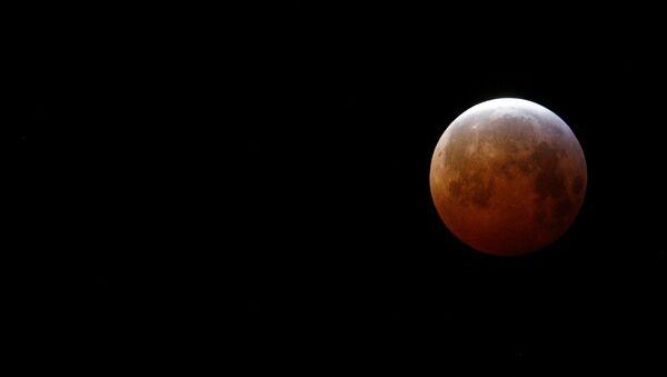 El eclipse lunar visto desde Francia - Sputnik Mundo