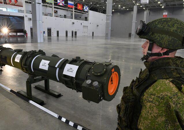 Un militar ruso cerca del misil 9M729