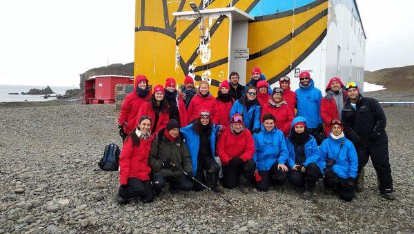 Grupo de estudiantes y docentes de la Facultad de Ciencias de la Universidad de la República que viajó a la Antártida en 2019 - Sputnik Mundo