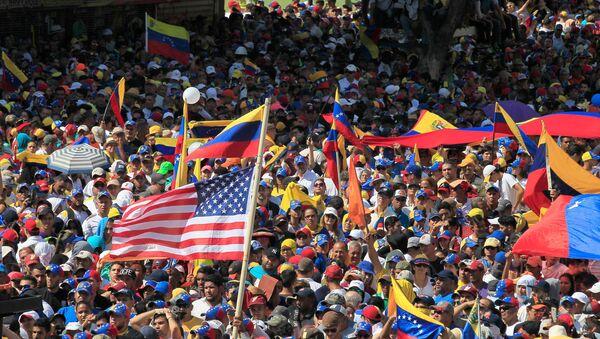 Una manifestación de opositores al Gobierno de Nicolás Maduro en Caracas - Sputnik Mundo