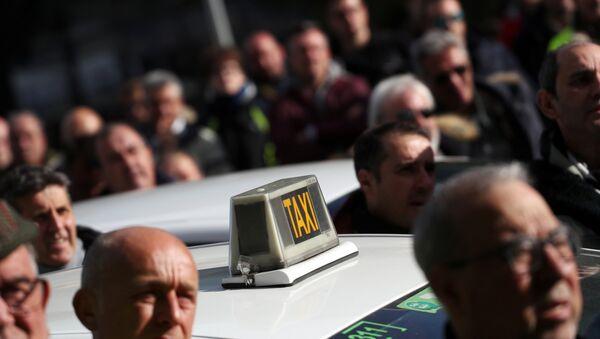 Protestas de los taxistas españoles en Madrid, España - Sputnik Mundo