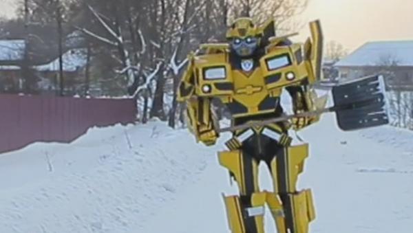 Un personaje de 'Transformers' limpia la nieve en una ciudad rusa - Sputnik Mundo