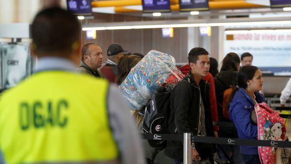 Los emigrantes venezolanos en el aeropuerto de Quito - Sputnik Mundo