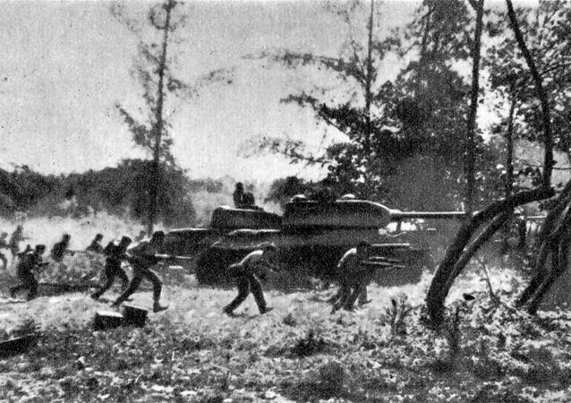 Contraataque de las Fuerzas Armadas Revolucionarias Cubanas apoyadas por tanques T-34 cerca de Playa Girón durante la invasión de Bahía de Cochinos, el 19 de abril de 1961