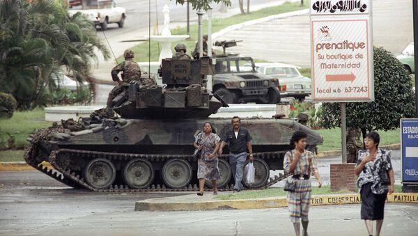 Un vehículo blindado estadounidense en una calle de la Ciudad de Panamá, en 1989 - Sputnik Mundo