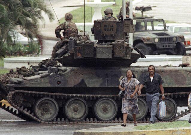 Un vehículo blindado estadounidense en una calle de la Ciudad de Panamá, en 1989