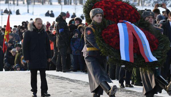 Vladímir Putin, presidente de Rusia, hace ofrenda floral en el 75 aniversario del fin del sitio de Leningrado - Sputnik Mundo