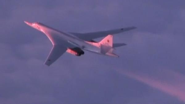 Un Tu-160 atraviesa el Ártico al amanecer - Sputnik Mundo