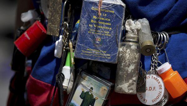 Una pequeña copia de la Constitución de Venezuela, expuesta durante las manifestaciones de la oposición en Caracas (archivo) - Sputnik Mundo