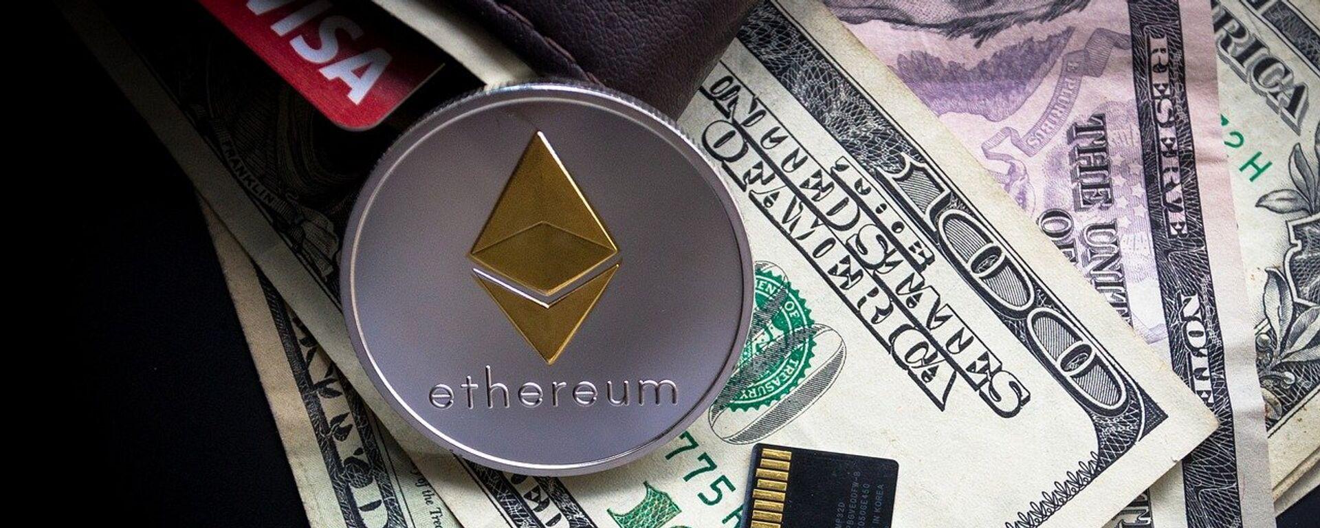 Ethereum, moneda criptográfica, y billetes de dólares estadounidenses - Sputnik Mundo, 1920, 25.05.2021