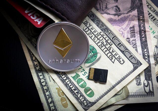 Ethereum, moneda criptográfica, y billetes de dólares estadounidenses