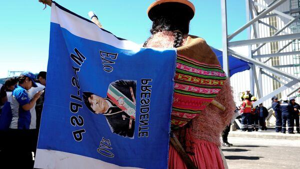 Una mujer con una bandera con la imagen del presidente de Bolivia, Evo Morales - Sputnik Mundo