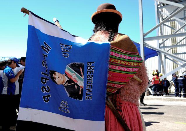 Una mujer con una bandera con la imagen del presidente de Bolivia, Evo Morales (archivo)
