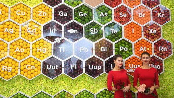 Una tabla periódica en una exposición agrícola en Moscú - Sputnik Mundo