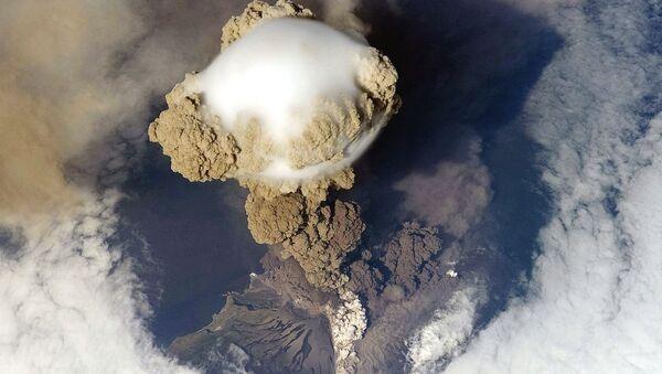 La erupción del volcán Sarychev, en Rusia, el 12 de junio de 2009 - Sputnik Mundo