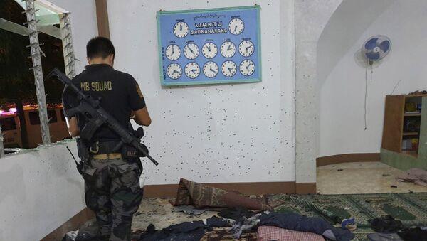 Un policía filipino en una mezquita tras el ataque - Sputnik Mundo