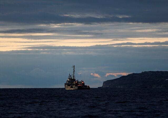 Un barco de migrantes en la costa