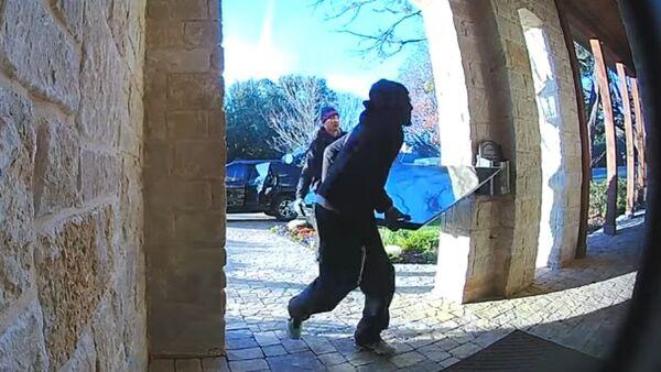 #EpicFail: dos ladrones devuelven una tele robada porque no les cabe en el auto - Sputnik Mundo