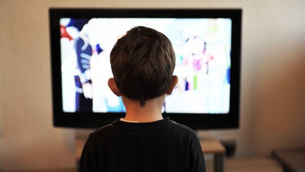 Un niño ve televisión - Sputnik Mundo