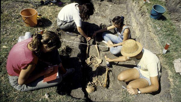 EAAF durante la exhumación de una fosa clandestina de la dictadura militar Argentina en el cementerio de Avellaneda, provincia de Buenos Aires - Sputnik Mundo