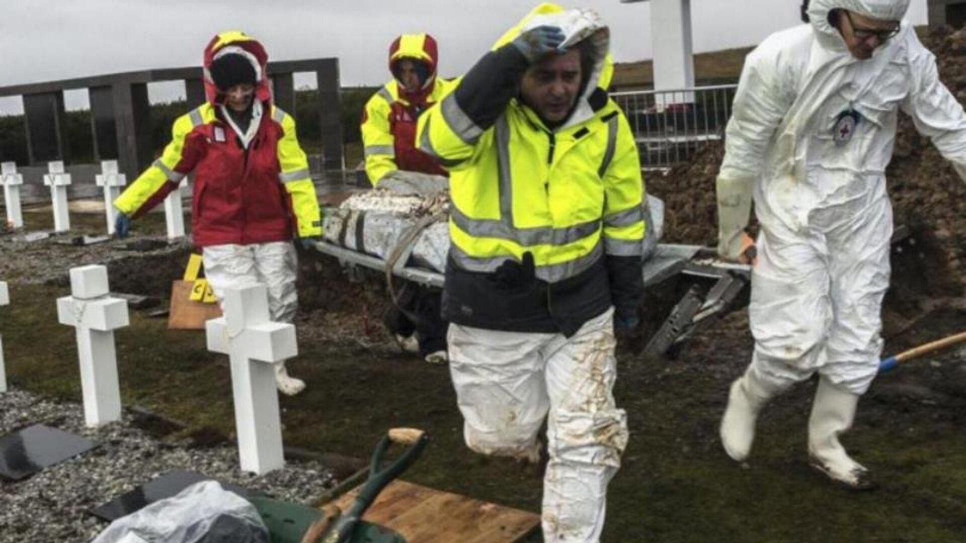 EAAF durante las exhumaciones de los soldados argentinos caídos en las Islas Malvinas junto a otros miembros del equipo conformado por el Comité Internacional de la Cruz Roja - Sputnik Mundo, 1920, 26.08.2021