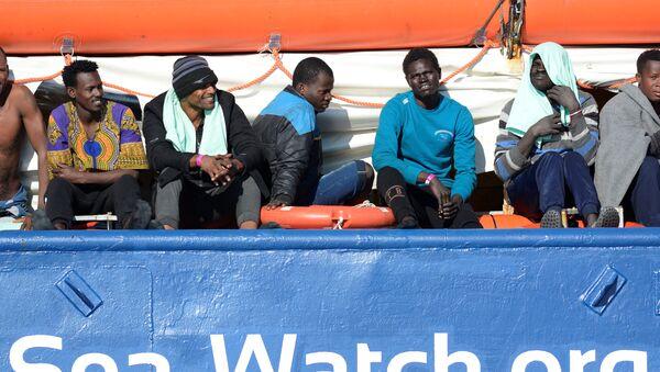 Migrantes a bordo de barco Sea Watch 3 - Sputnik Mundo