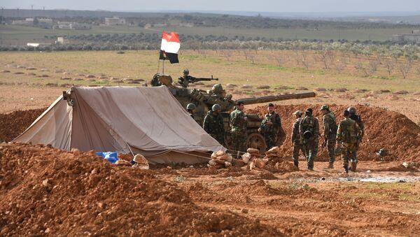 Fuertes y templados por la guerra: cómo los militares sirios regresan a Manbij  - Sputnik Mundo