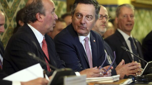 Roberto Ampuero (centro), el ministro de Exteriores de Chile - Sputnik Mundo