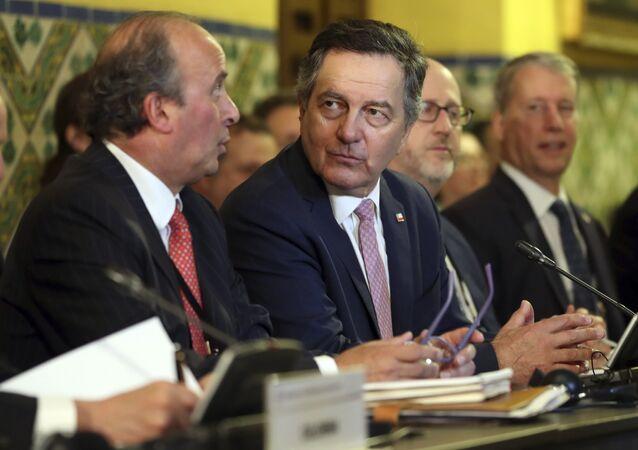 Roberto Ampuero (centro), el ministro de Exteriores de Chile