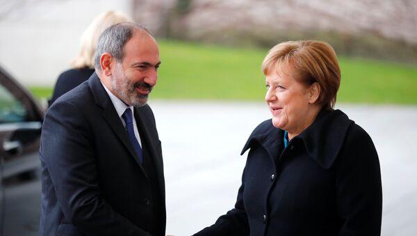 El primer ministro de Armenia, Nikol Pashinián, y la canciller de Alemania, Angela Merkel - Sputnik Mundo