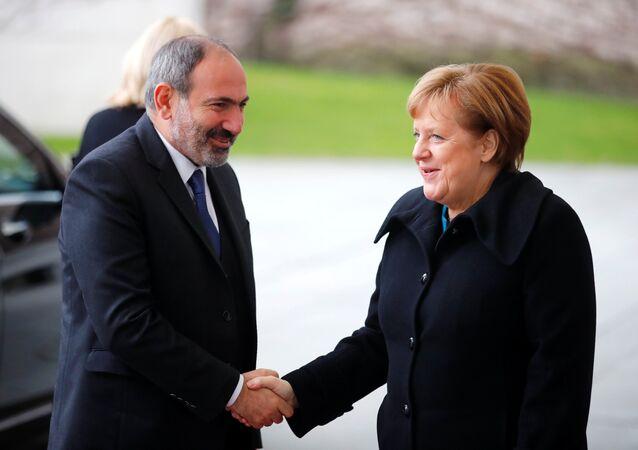 El primer ministro de Armenia, Nikol Pashinián, y la canciller de Alemania, Angela Merkel