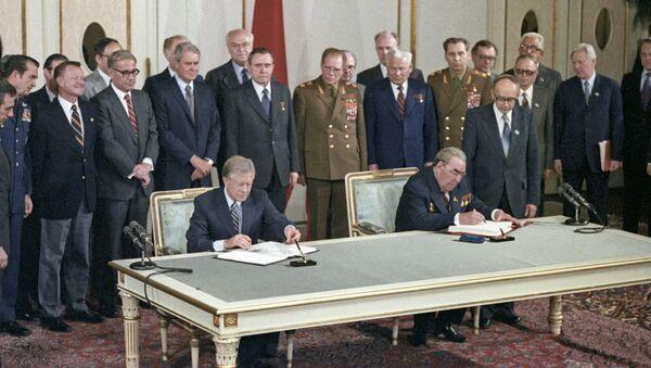 Firma del Tratado sobre limitación de armas estratégicas ofensivas entre la URSS y Estados Unidos por Leonid Brézhnev y Jimmy Carter - Sputnik Mundo