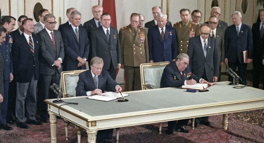 Firma del Tratado sobre limitación de armas estratégicas ofensivas entre la URSS y Estados Unidos por Leonid Brézhnev y Jimmy Carter