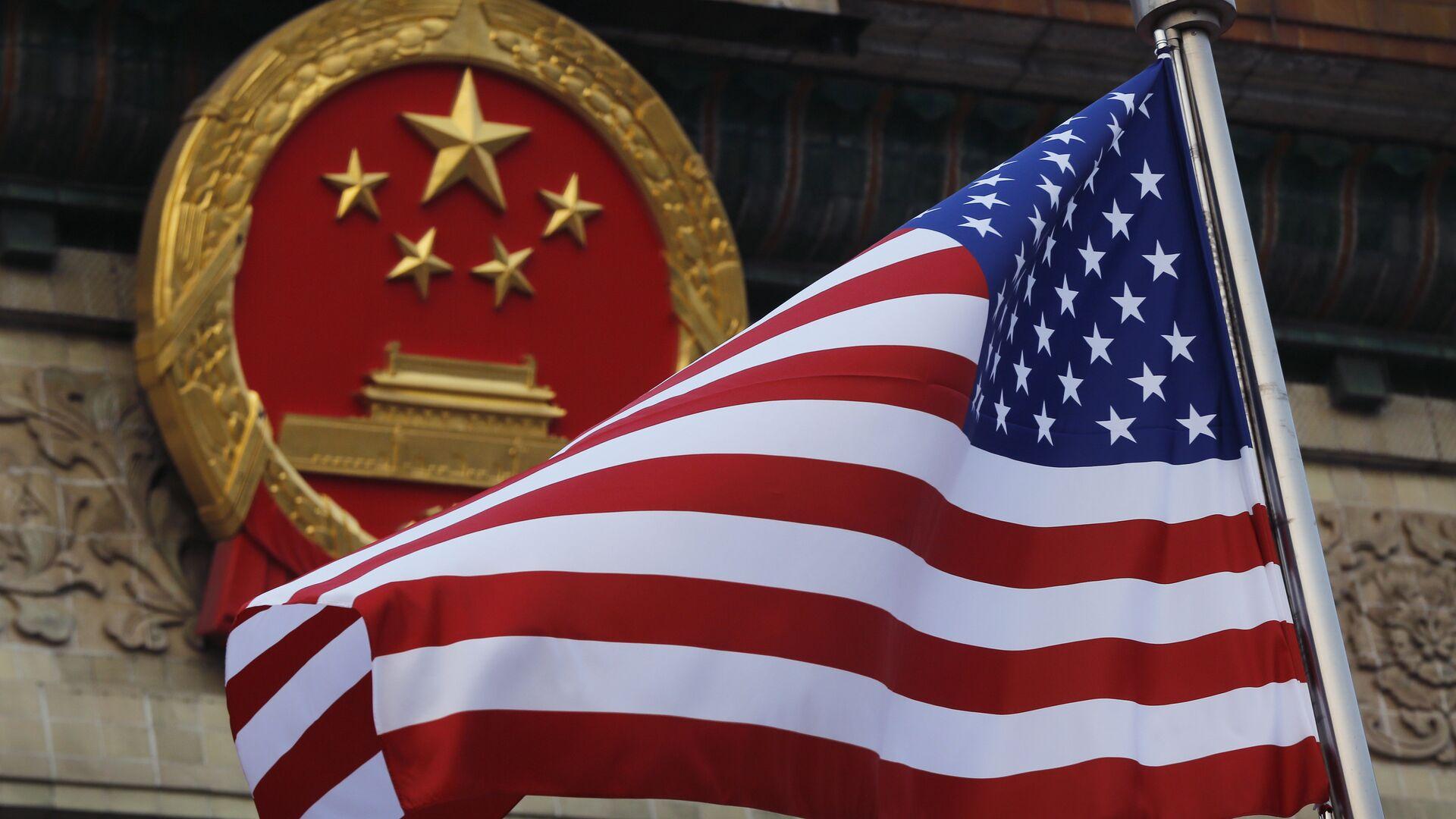 La bandera de EEUU y el emblema de China  - Sputnik Mundo, 1920, 09.06.2021