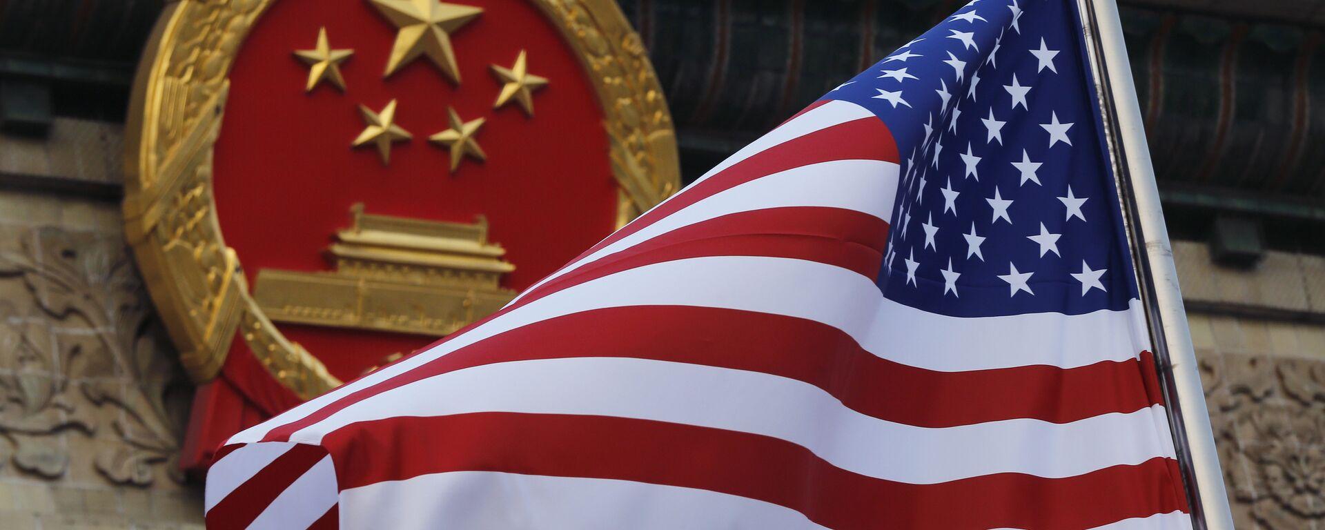 La bandera de EEUU y el emblema de China  - Sputnik Mundo, 1920, 14.05.2021