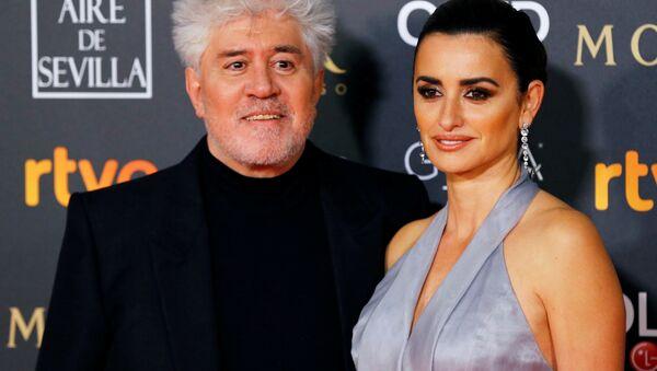El director de cine Pedro Almodovar y la actriz Penélope Cruz antes de la 33 ceremonia de los Premios Goya en Sevilla (España) el 2 de febrero de 2019 - Sputnik Mundo