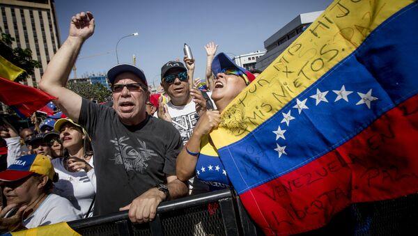 Los manifestantes con la bandera de oposición en Venezuela (archivo) - Sputnik Mundo